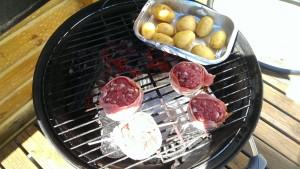 Dårlig mobilbilde men her er moinkballs på indirkte grilling og en form med poteter på direkte Foto: Karl Inge S