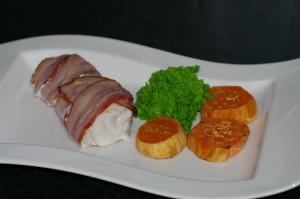 Baconsurret brosme med ertepure og søtpotet Foto:Karl inge S