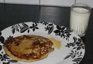 Bananpannekake med lønnesirup og kald melk til Foto:Karl Inge S