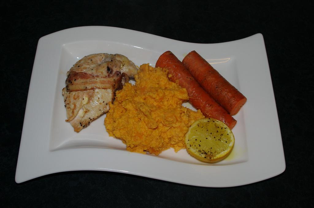 Baconsurret kylling, søtpotetmos og bakte gulrøtter Foto: Karl Inge S