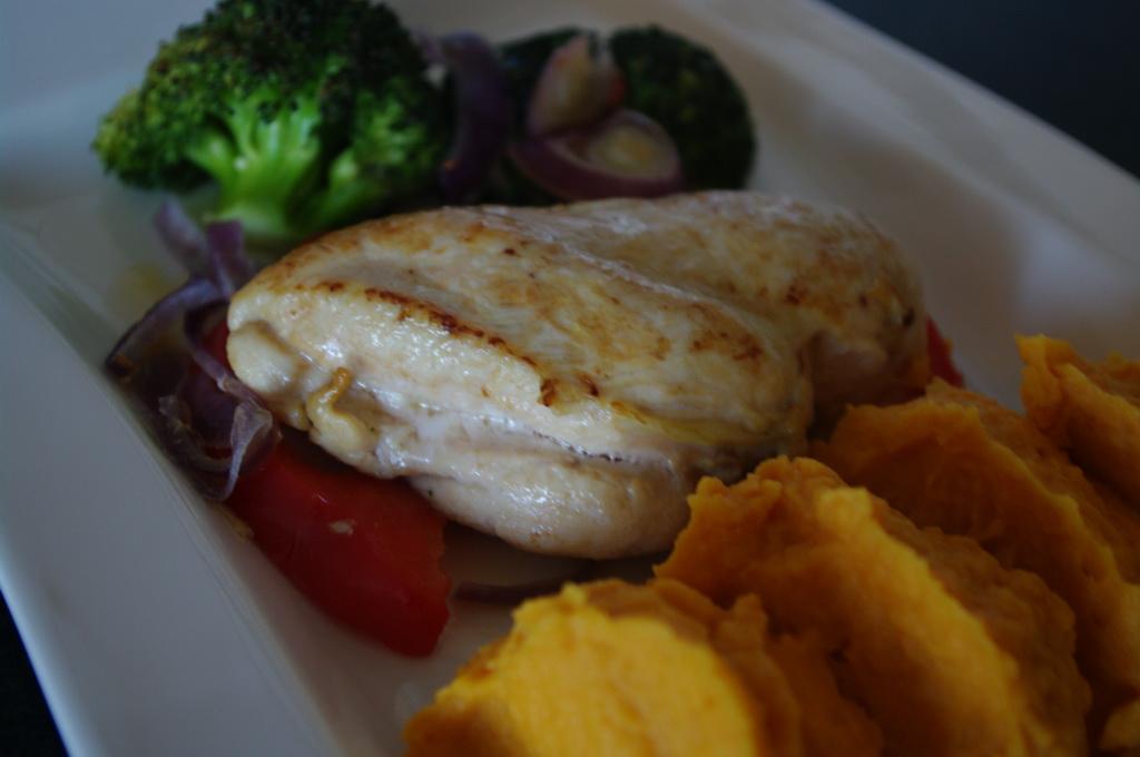 Ovnsbake kylling med grønnsaker og søtpotetpure Foto:Karl inge S